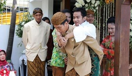 Jokowi Gendong Gibran
