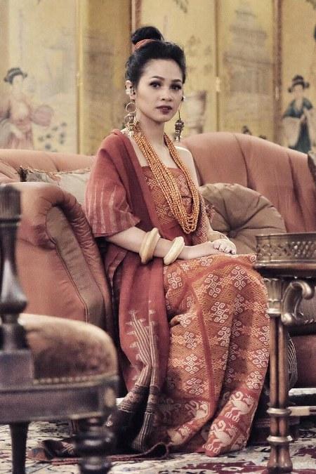 Andien bagaikan ratu dengan batik
