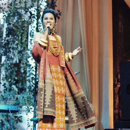 Gaya Fashion Batik  Andien di Panggung