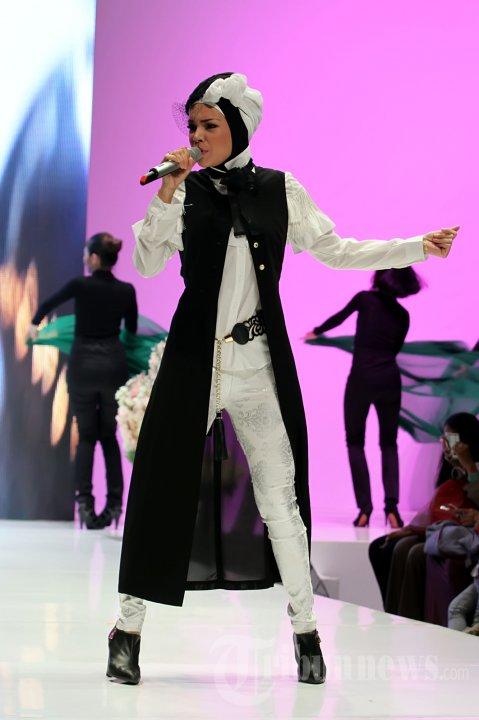 Busana Muslim Atraktif ala Dewi Sandra