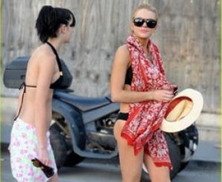 Lindsay Lohan dengan syal motif batik besar