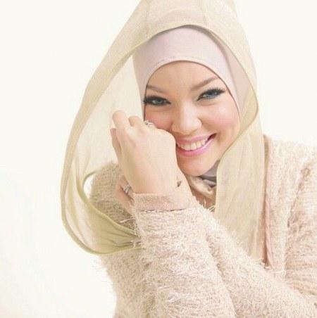 Model Hijab ala Dewi Sandra (1)