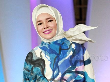 Busana Muslim Ceria ala Dewi Sandra