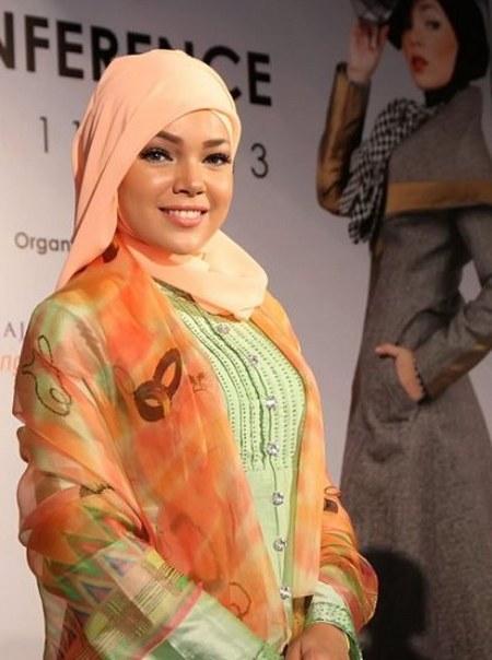 Busana Muslim Elegan ala Dewi Sandra