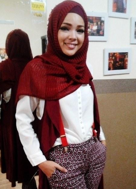 Busana Muslim Simpel ala Dewi Sandra
