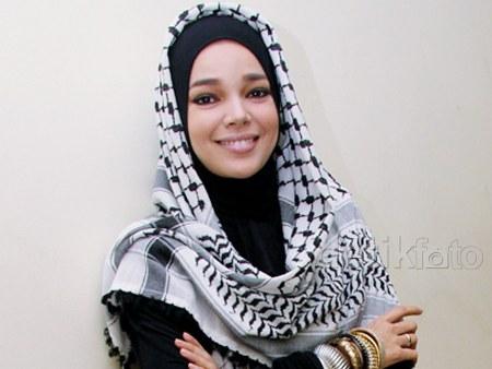 Model Hijab ala Dewi Sandra (7)