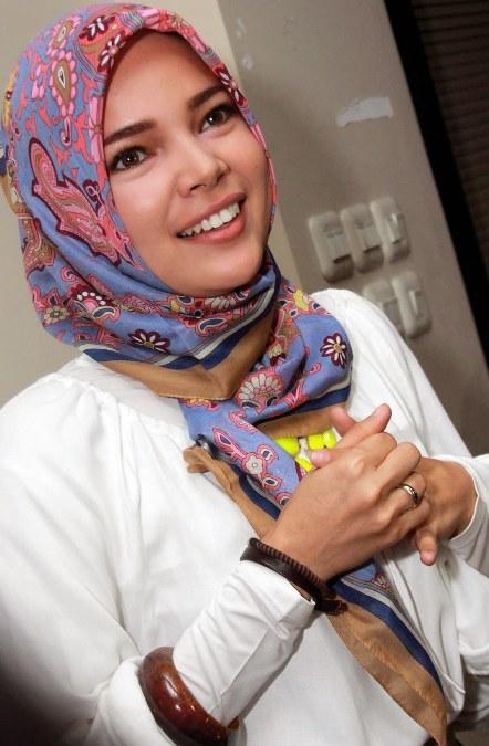 Model Hijab ala Dewi Sandra (9)