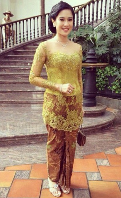 Model-Kebaya-Modern-Simple-Dian-Sastro
