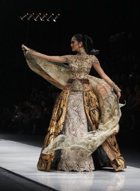 ... Kebaya Modern Kombinasi Batik Karya Anne Avantie - Ide Model Busana