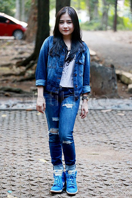 Double Denim ala Prilly Latuconsina
