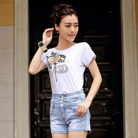 high waist jeans dengan kaos putih motif bunga