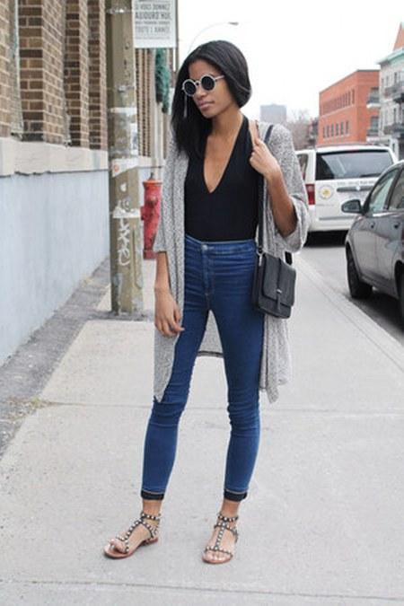 high waist jeans dengan tank top hitam dan cardigan