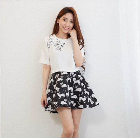 white tee dan mini skirt motif kucing