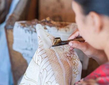 Proses mencanthung batik tulis
