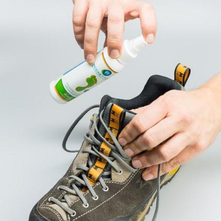 Cara menghilangkan bau sepatu dengan foot spray