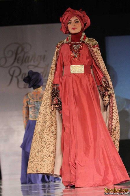 dewi_sandra_saat_menjadi_model_dari_dian_pelangi_fashion_show