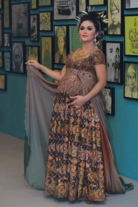 Kebaya Modern untuk Ibu Hamil Ala Krisdayanti