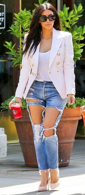 Model jeans sobek yang seksi  dari Kim Kardashian