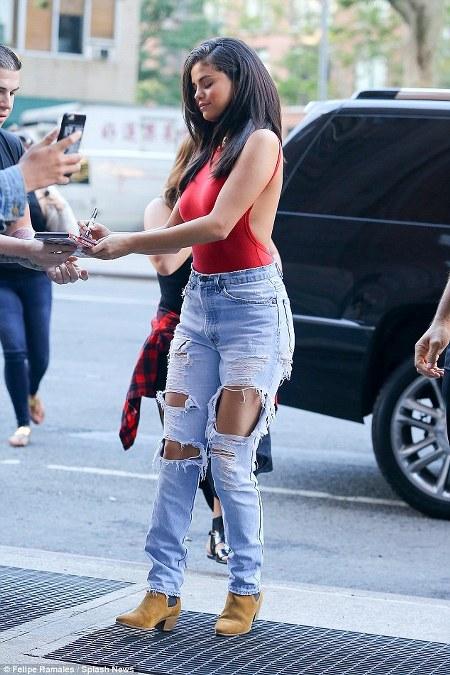 Celana Jeans Sobek Selena Gomez
